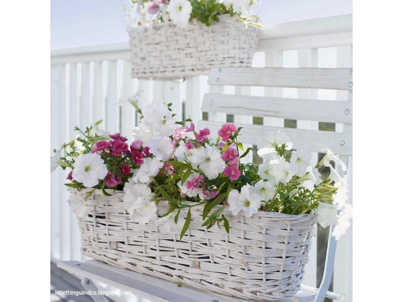Cestas de mimbre y flores artificiales for Cestas decoracion