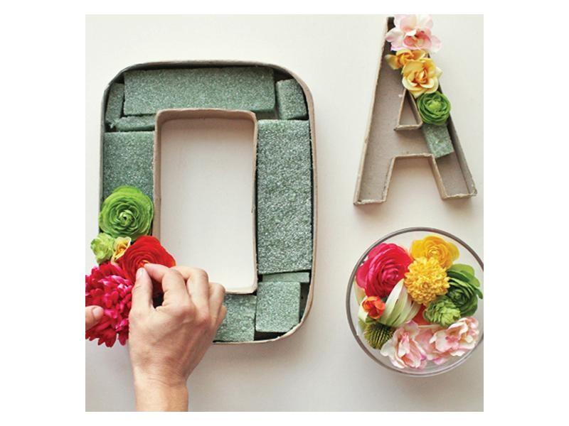 Letras con flores artificiales for Como hacer adornos con plantas naturales